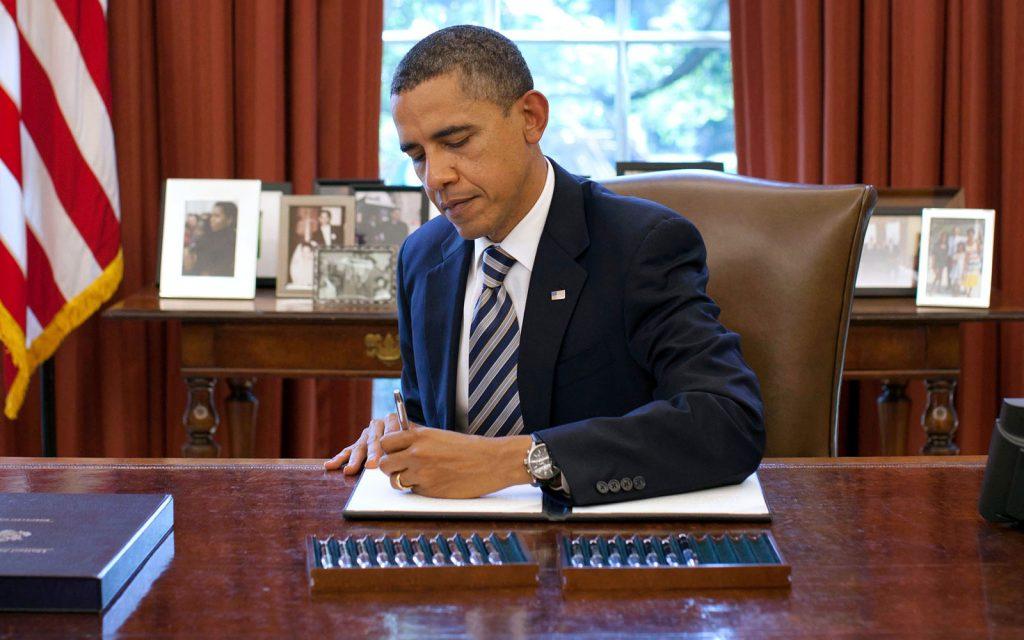Même les américains ont élus un président qui signe de la main gauche !